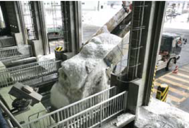 ダンプカーによって融雪槽へ投入される雪のイメージ画像