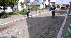 道路でアスファルト舗装工事をしている様子